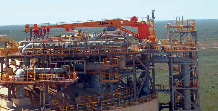 LNG luffing crane